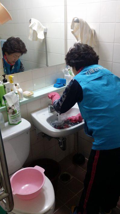 가사활동이 어려운 노인, 장애인 가정을 방문하여 가사활동을 지원합니다.
